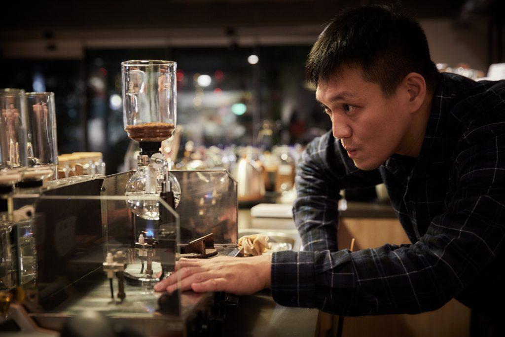 Victor正細心為團隊沖製咖啡